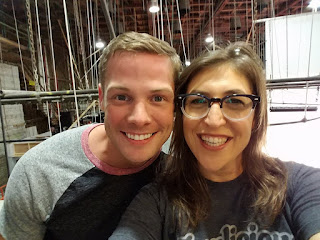 Brandon W. Jones y Mayim Bialik