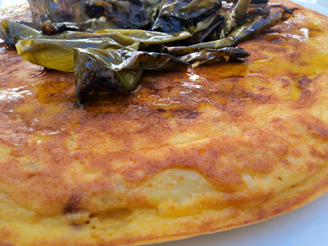 corona-tortilla-patatas-pimientos-costado