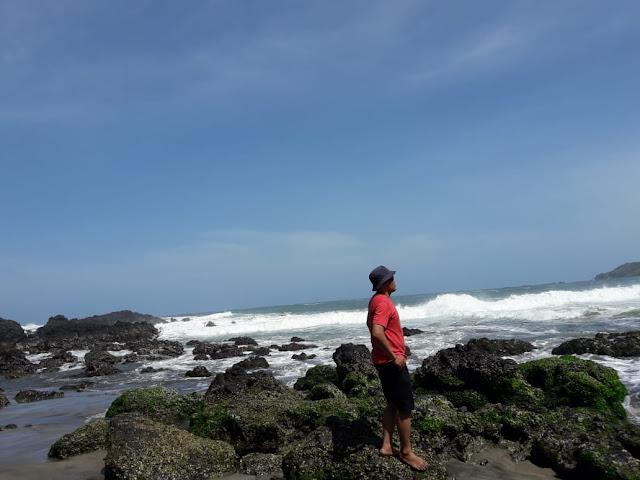pesona batu-batu karang di pantai gebyuran pantai lampon kebumen