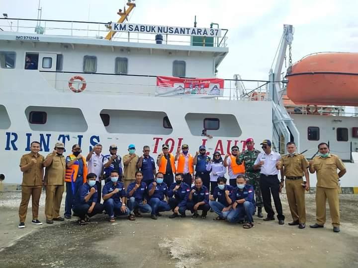 Pemkab Pasbar foto bersama dengan awak kapal Perintis Sabuk Nusantara
