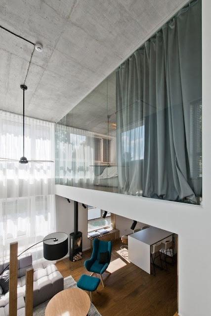 Loft moderno com cortina na parte superior