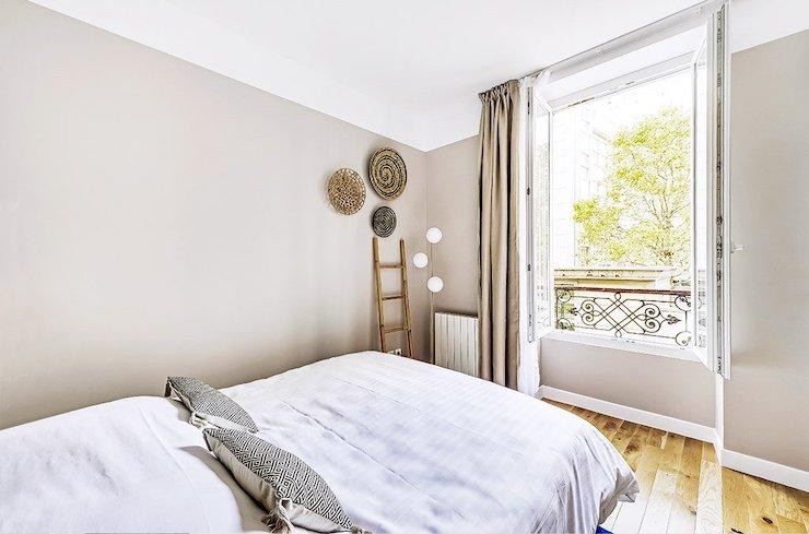 Dormitorio con pared salmón que no llega el color al techo.
