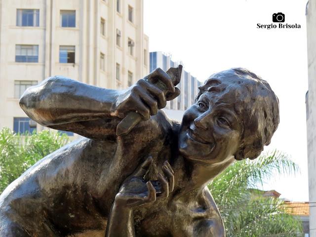 Close-up da Escultura O Menino e o Catavento - Sé - São Paulo