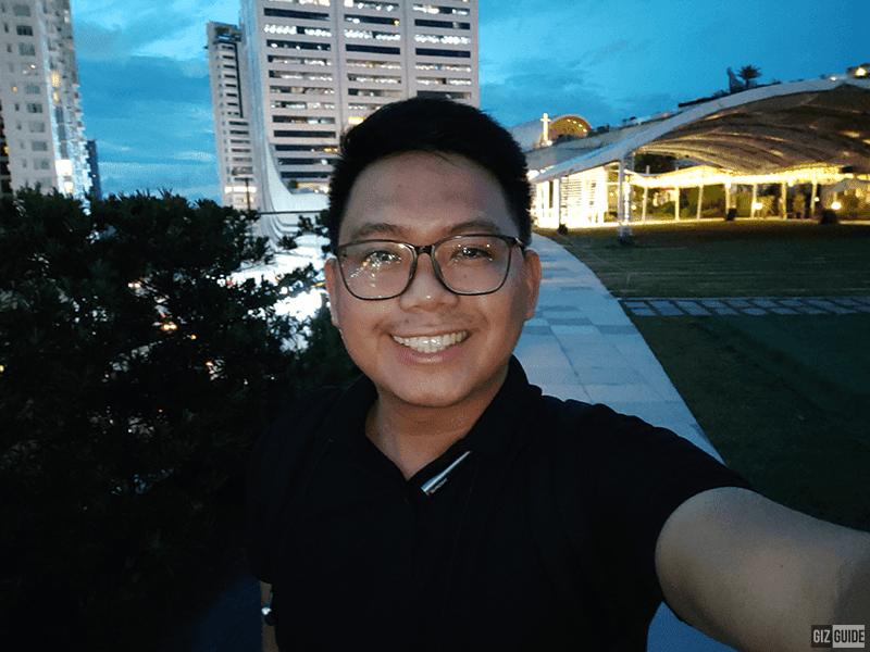 Low light selfie with softlight flash