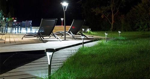 lampe et balise solaire de jardin borne et clairage solaire ext rieur. Black Bedroom Furniture Sets. Home Design Ideas