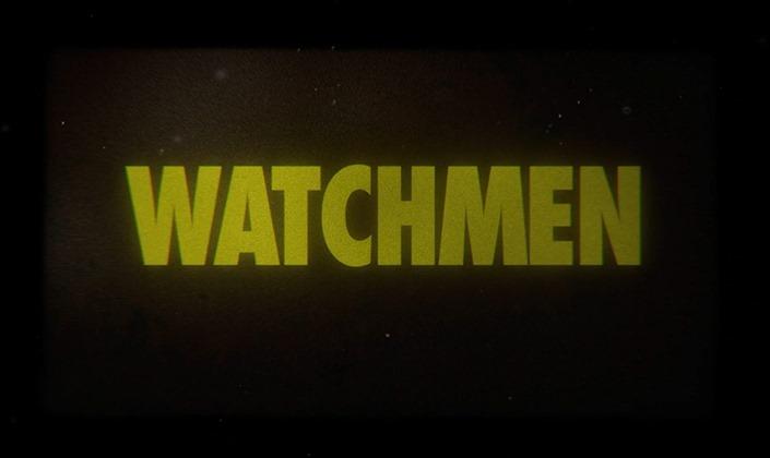 Imagem de capa: fundo preto com uma textura de televisão antiga com o logo de Watchmen, em letras chapadas e fonte de cor amarela vibrante, contrastando com o fundo escuro.