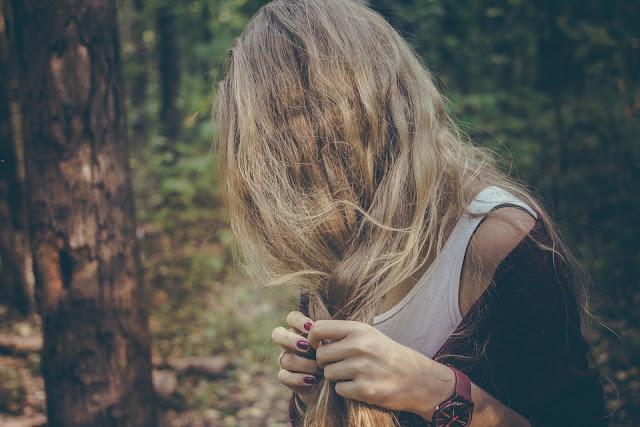 yanık saçları ile sorun yaşayan kadın