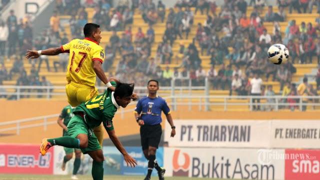 Talaohu Abdul Mushafry meneteskan air mata ketika berhasil menciptakan gol ketika menghadapi Persija Jakarta hari Minggu tanggal 23 Oktober 2016 di Stadion Gelora Sriwijaya Jakabaring