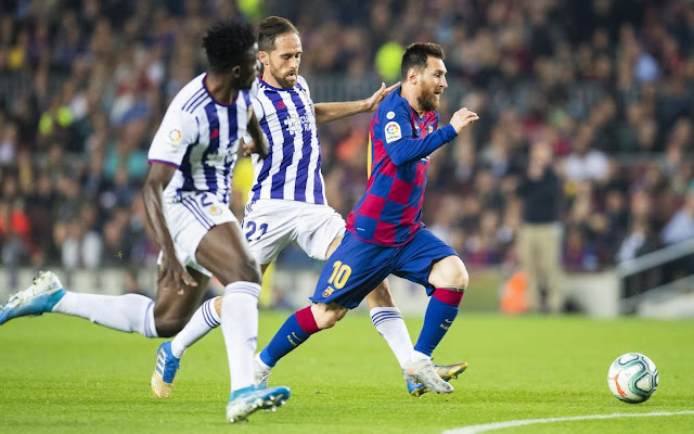 Messi evades two Real Valladolid defenders