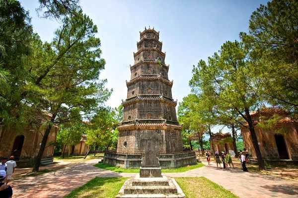 Chùa Thiên Mụ vừa mang nét đẹp tâm linh vừa có chút thơ mộng khi đặt cạnh sông Hương êm đềm. (Ảnh: dacotours.com)