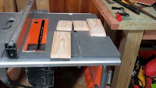 Cuatro piezas laterales con la ranura realizada