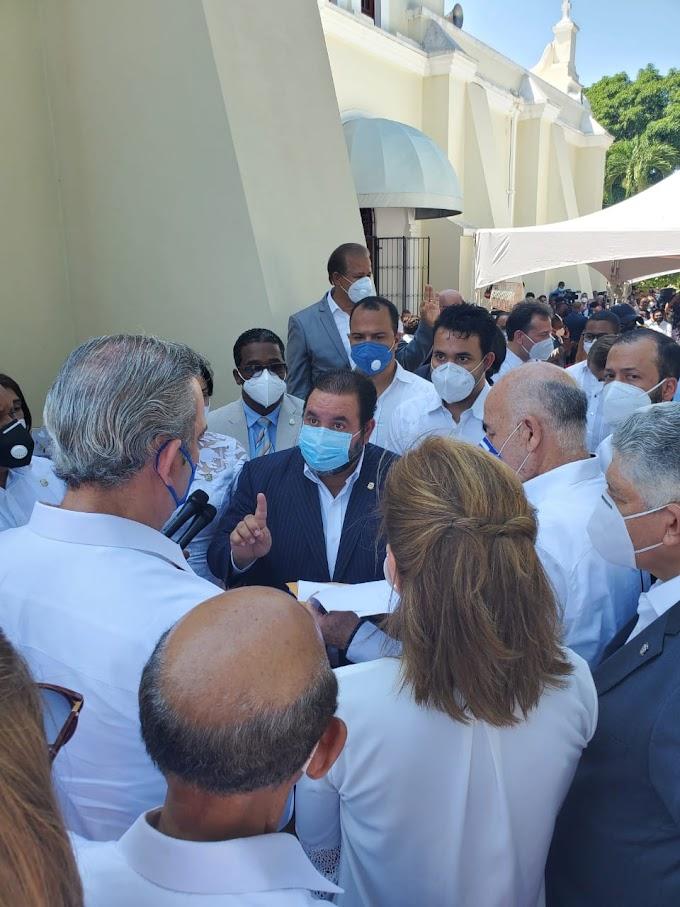 Diputados y el senador Ramón Rogelio Genao entregan pliegue de demanda de obras para La Vega al presidente Luis Abinader
