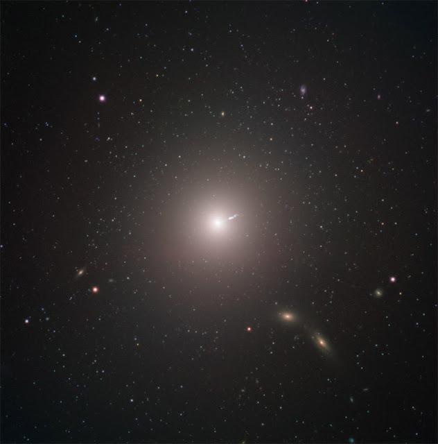 Imagem da galáxia M87 onde se situa o buraco negro fotografado pelo EHT