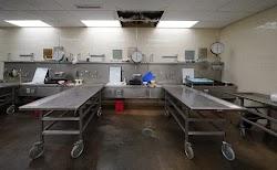 Σύμφωνα με τους συγγενείς του, που μίλησαν στον τοπικό Τύπο, ο ιατροδικαστής που επρόκειτο να ξεκινήσει την εξέταση είδε ξαφνικά τον νεκρό ν...