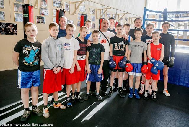Глава района Сергей Пахомов сфотографировался с боксёрами района, которые выйдут на ринг 15 февраля.