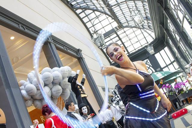 Atração bambolê led de Humor e Circo para eventos de shopping natal em São Paulo.