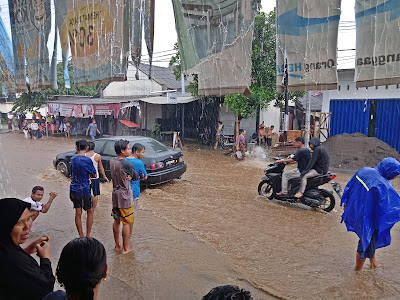 Hujan Deras Desa Pringgabaya Picu Genangi Jalan Raya dan Rumah Warga