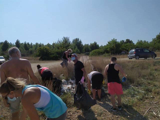 Πολίτες καθαρίζουν την παραλία στο Παλιούρι Χαλκιδικής (φώτο)