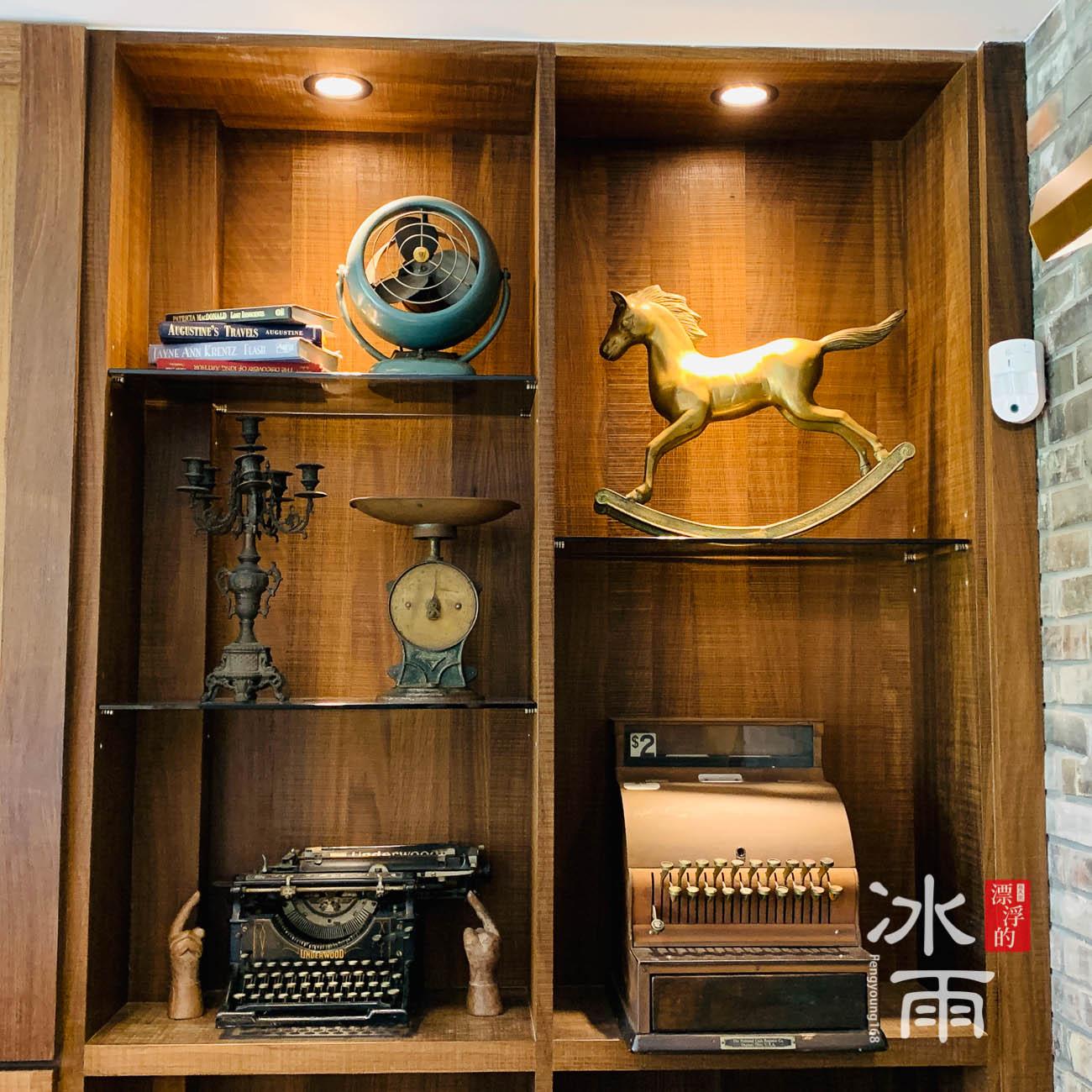 櫃檯後方的展示櫃