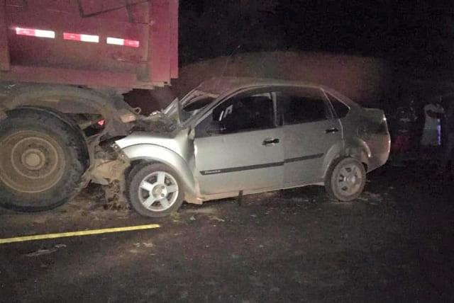 Carro bate no fundo de carreta e motorista fica ferido em Boninal