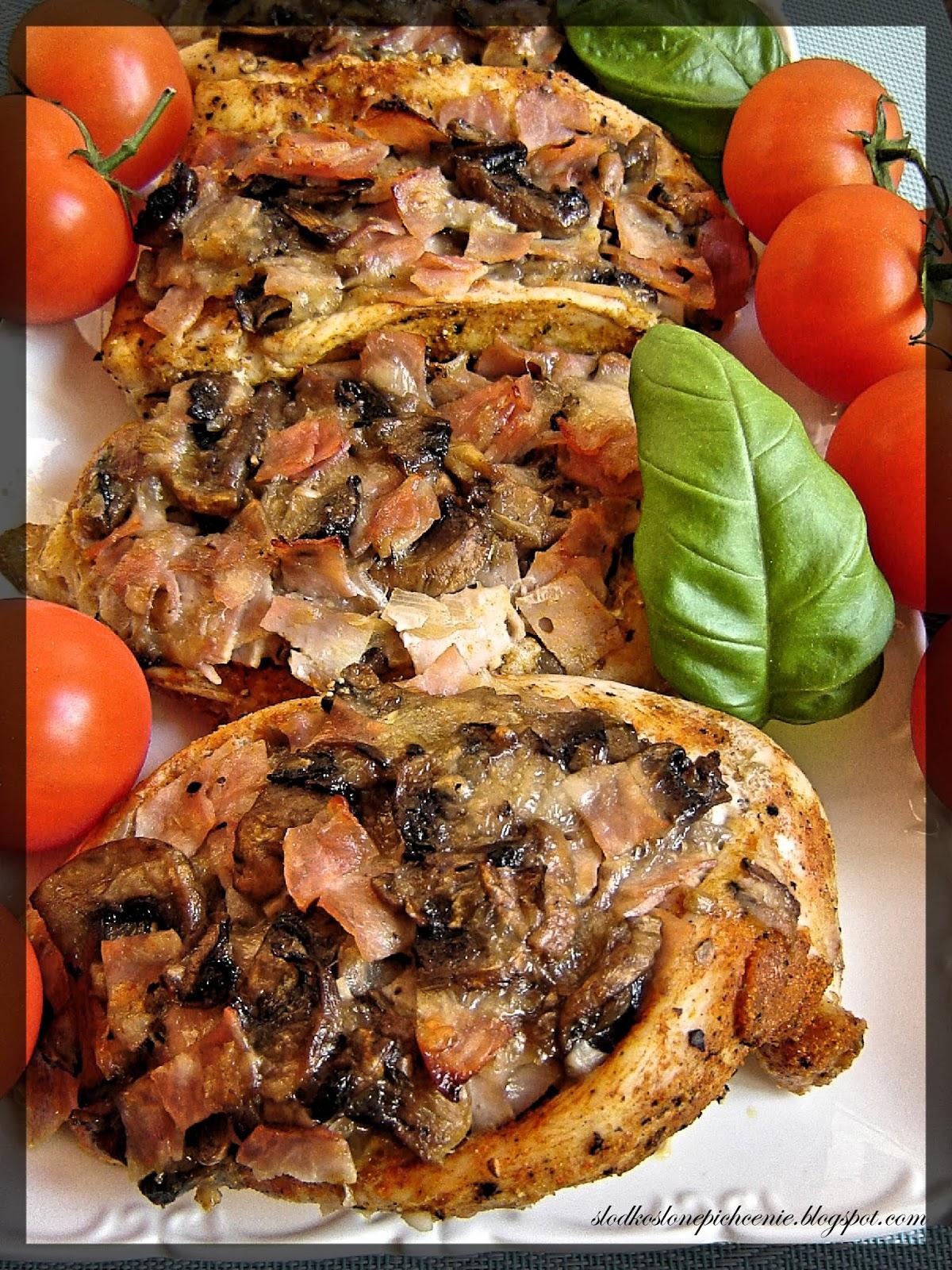 Piersi z kurczaka faszerowane pieczarkami, szynką i mozzarellą