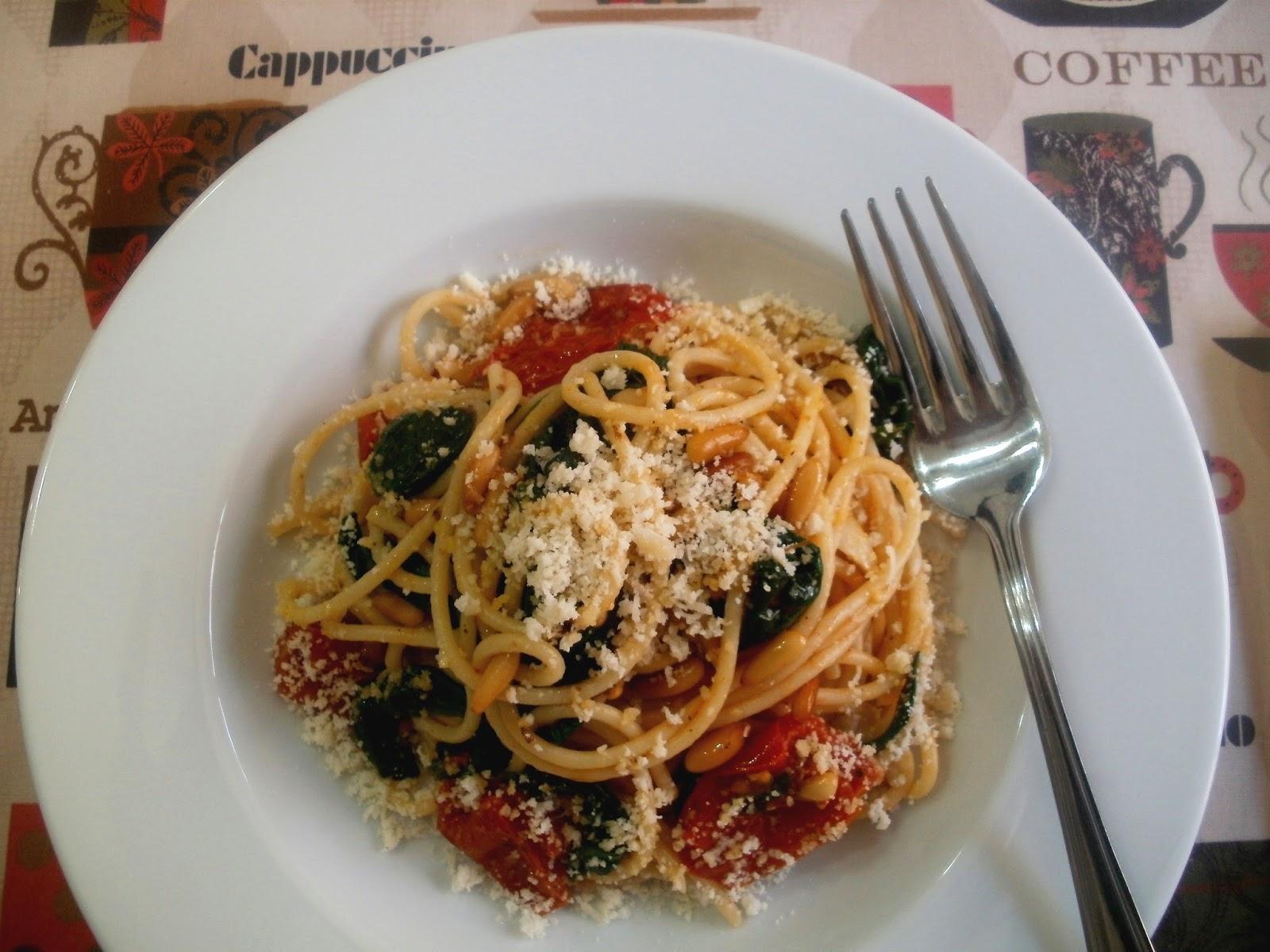 Espaguetis con espinacas, tomates asados y piñones