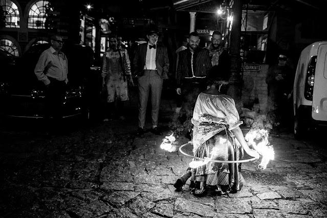 Atração Bambolê de fogo de Humor e Circo para festa de casamento ao ar livre em São Paulo.