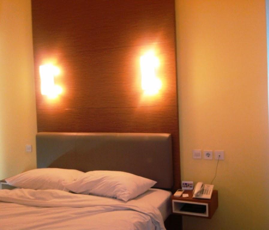 ranjang kamar hotel amaris surabaya