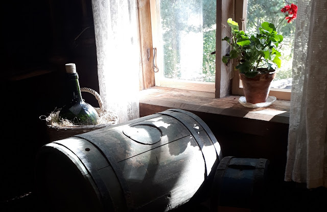 """Tunnelmia Muurlan kotiseutumuseon Honkalan talosta, missä on esillä näyttely """"Kotipolttoista vai laillista? – Alkoholin historiaa Suomessa."""""""
