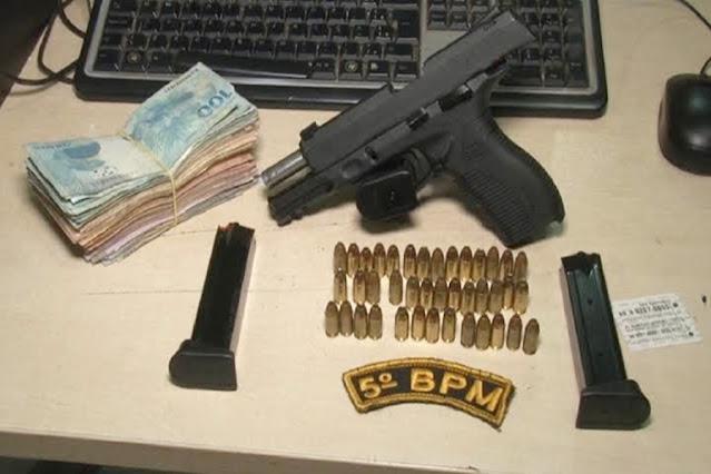 Assaltantes roubam R$ 5 mil de idoso em loja e são presos fugindo em carro