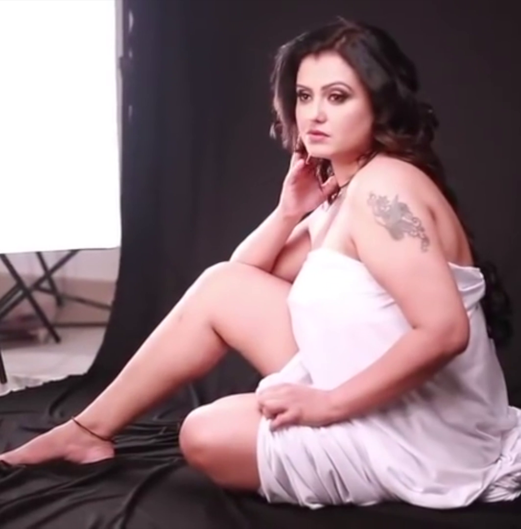 Curvy Tamil Actress's Hot Edit Video Showing Milky Meaty Thighs and Legs