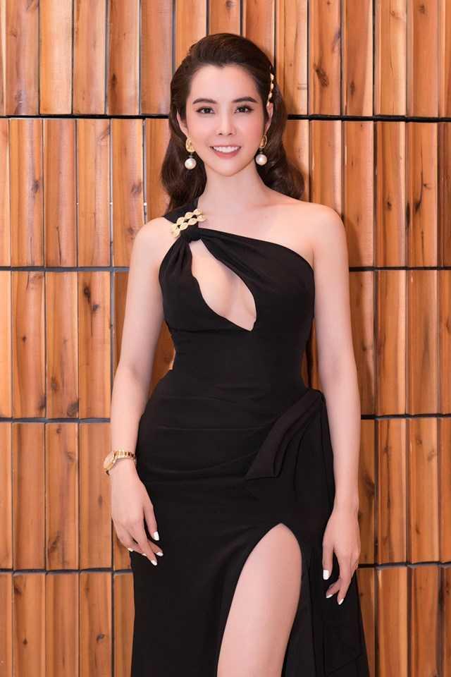 Hoa hậu Đồng Tháp diện mốt áo tắm cắt xẻ tứ bề, váy khoe vòng 1 lấp ló
