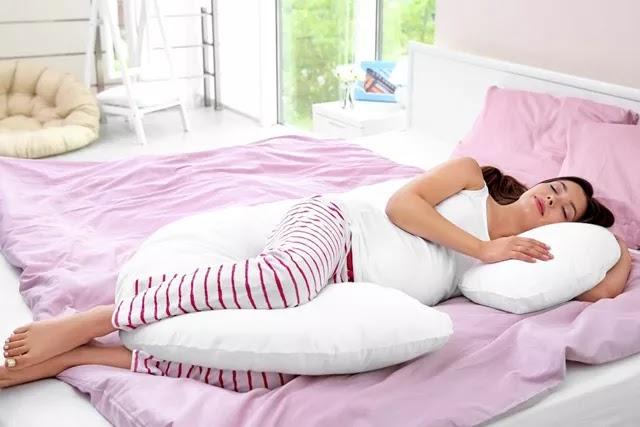 Gebelikte uyku pozisyonunuzu, yastıklarla destekleyerek rahat bir uyku çekebilirsiniz.