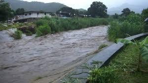 Las torrenciales lluvias provocan el desbordamiento del río El Limón en la ciudad de Maracay