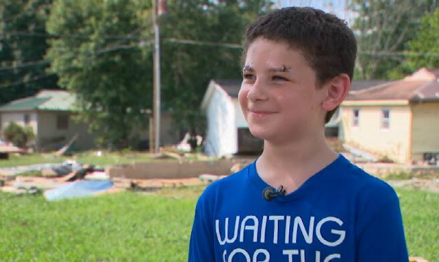 """Menino de 8 anos sobrevive a enchente após orar do telhado: """"Deus não me deixe morrer"""""""