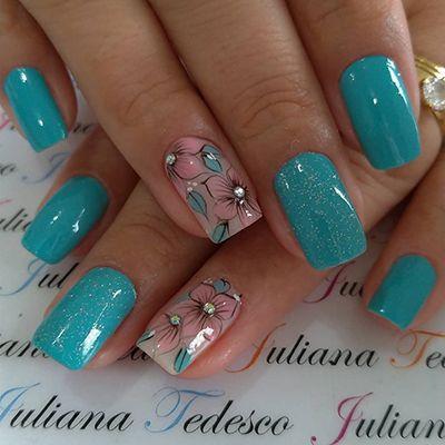 unhas azuis turquesa com florzinhas