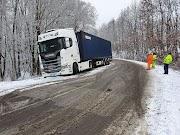 Megcsúszott kamion miatt, egy sávon halad a forgalom Egerbaktánál