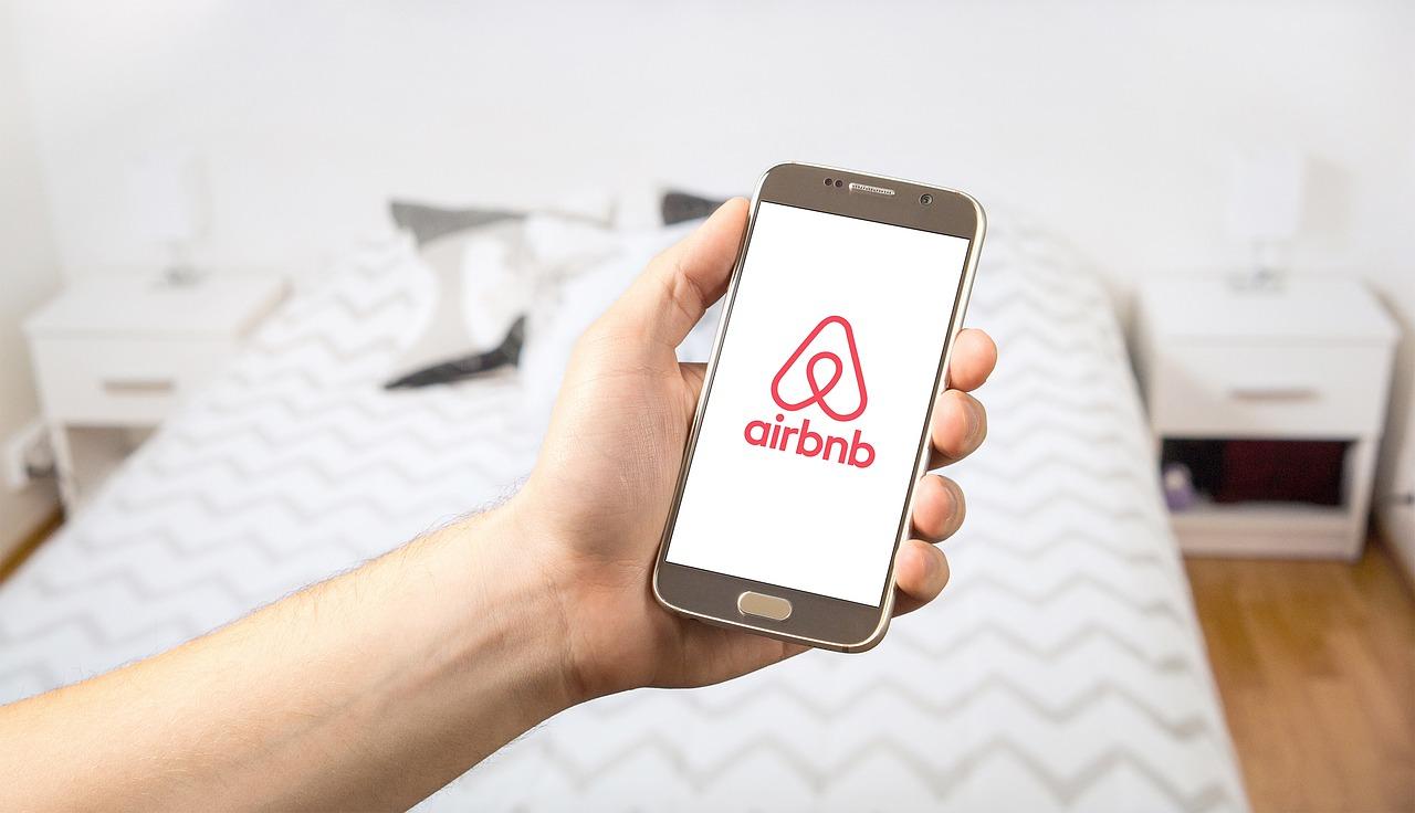 """""""Loyers qui flambent"""": Anne Hidalgo réfléchit à interdire Airbnb dans une partie de Paris"""
