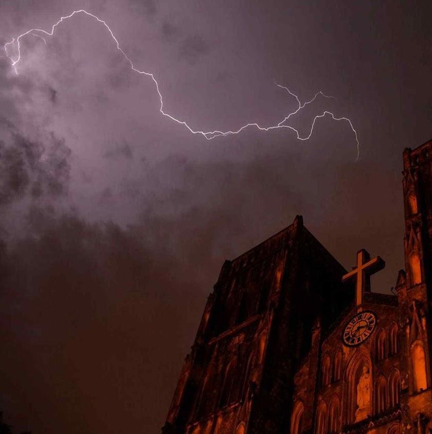 Raio sobre a catedral São José, Hanoi, Vietnã