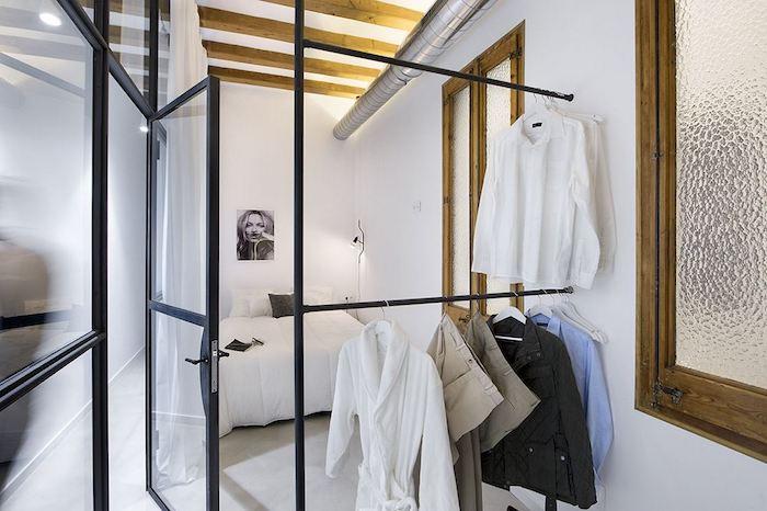 Muros de vidrio: Dónde usarlos para ganar luz sin perder intimidad