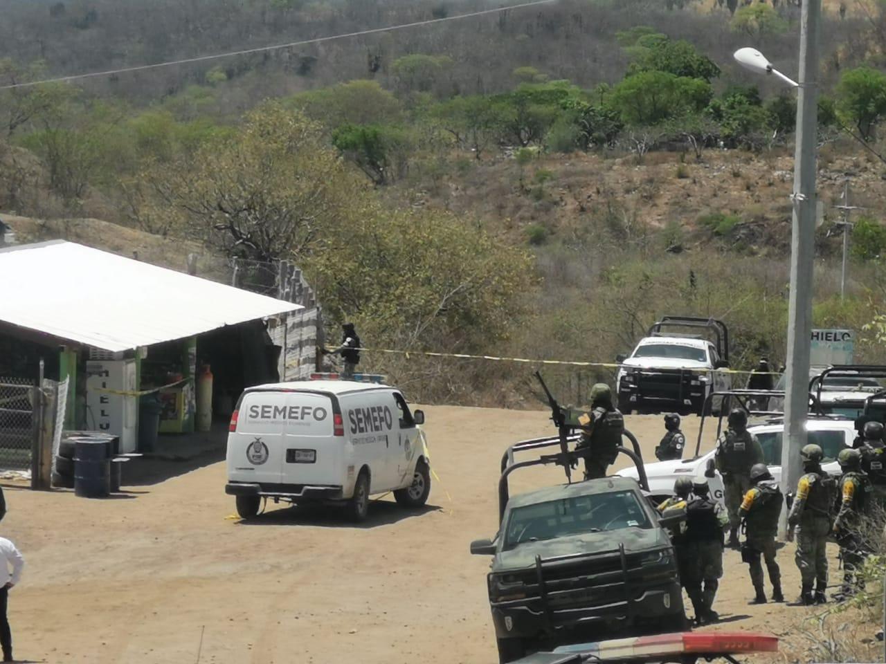 Sicarios en Camionetas Artilladas ejecutan a Padre e Hijo en el pueblo de San Cayetano, los Sicarios corrieron a la sierra de Durango cuando vieron a los Soldados