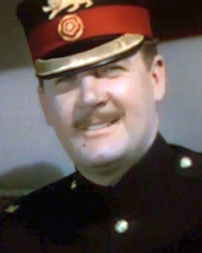 Captain Reginald Crewe a wealthy English widower (Ian Hunter)