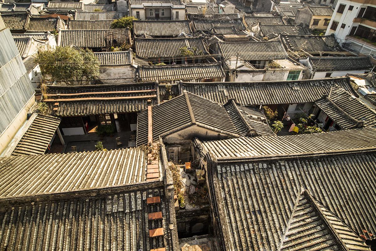 Telhados velhos de casas chinesas: ilustra a seção a respeito dos textos das linhas de ''Po / Desintegração'', um dos 64 hexagramas do I Ching, o Livro das Mutações