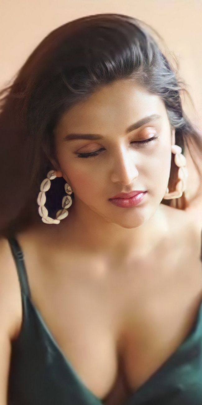 Beauty Pics: Nidhhi Agerwal Pictures