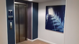 I'm not sure the image in the painting next to the lifts at the Cheltenham Holiday Inn Express inspires confidence!