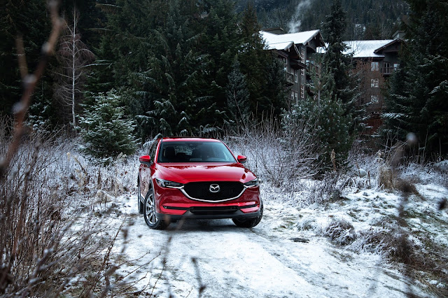 Front 3/4 view of 2019 Mazda CX-5 Signature AWD