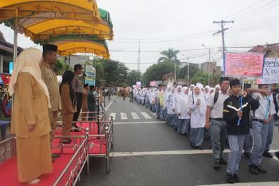 Kasubbag TU Sambut Barisan Siswa-siswi YMPI di Tribun Kehormatan