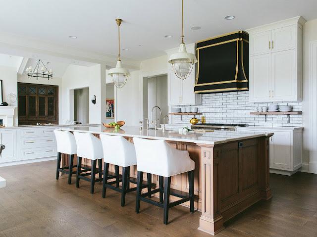 Традиционный интерьер кухни-гостиной в частном доме от Kate Marker Interiors