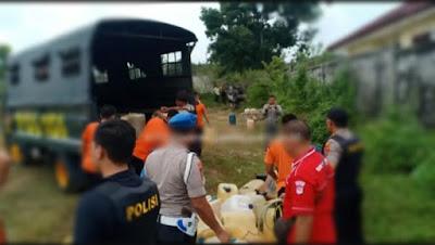 Polisi Tebo Berhasil Sita Puluhan Galon Minyak Yang Ditinggal Oleh Pelansir Yang Lalri Kocar Kacir