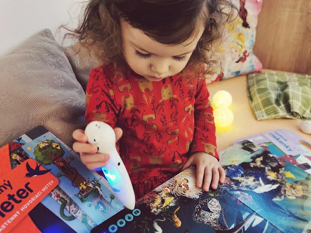 Lenočka sa hrá s knihou o zvieratách